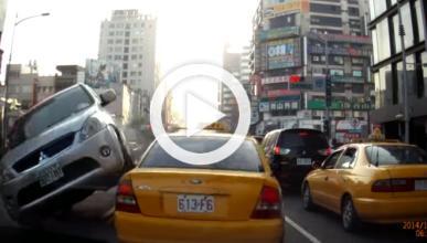 Está parado en un semáforo y se le echa un coche encima