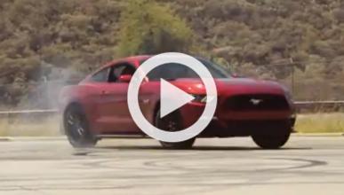 Jay Leno se lía a hacer 'burnouts' con un Ford Mustang