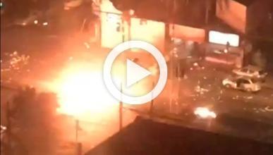 Vídeo: un camión de bomberos destroza un helicóptero
