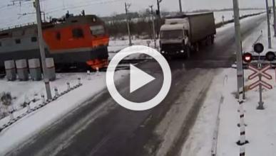 Vídeo: un camión es arrollado por dos trenes