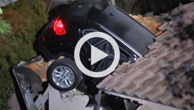 Un BMW aterriza en un tejado y aparece sin conductor