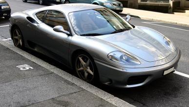 Un Ferrari 360 Modena arde en Japón