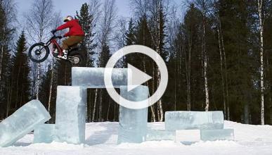 Increíble exhibición de trial sobre hielo de Dougie Lampkin