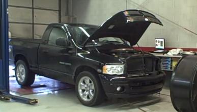 Vídeo: Dodge Ram revienta una rueda en el banco de potencia