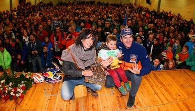 Marc Coma celebra su quinto Dakar con los vecinos de Avià