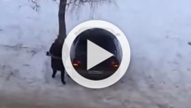 Vídeo: destroza el coche de su exmarido con un hacha