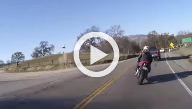 Vídeo: un motorista sale volando como Superman