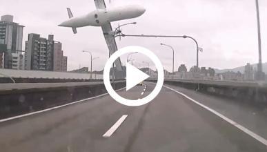 VÍDEO: Un avión se estrella en el centro de Taipéi, Taiwán