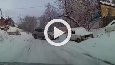 Un Toyota Land Cruiser se desliza por la nieve sin control