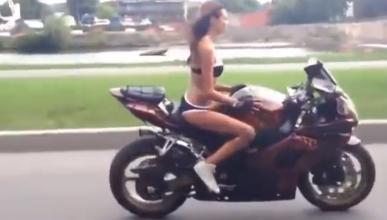 Vídeo: una chica en bikini hace maravillas sobre una moto