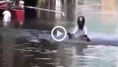 Vídeo: un motorista atraviesa una inundación en Tailandia