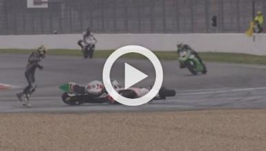 Vídeo: dos motos se enganchan y 'bailan' en una carrera