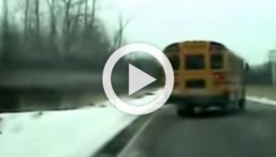 Vídeo: el conductor de un bus escolar se desmaya al volante