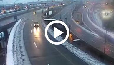 Un Toyota Tacoma sale volando en una autopista