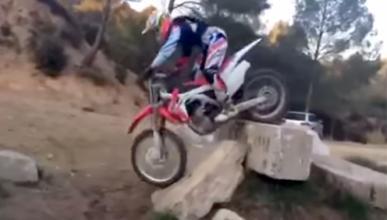 Toni Bou hace trial con una Honda de motocross