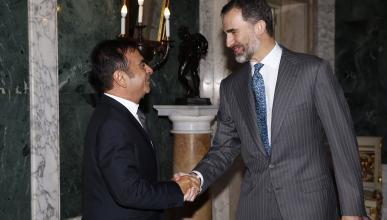 Carlos Ghosn y el Rey Felipe VI se dan la mano