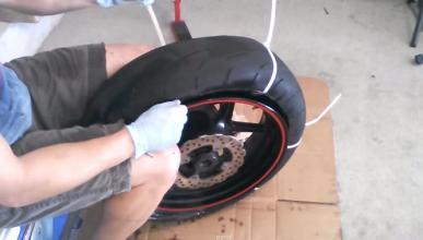 Desmontar un neumático con bridas de nailon