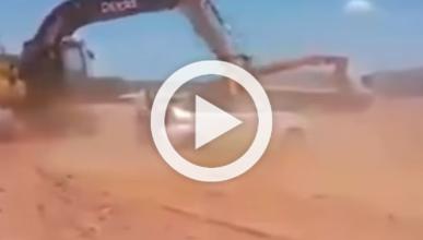 Vídeo: no le paga el sueldo y aplasta el coche de su jefe