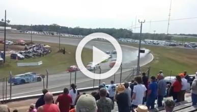 Vídeo: este coche tipo NASCAR sale volando del óvalo