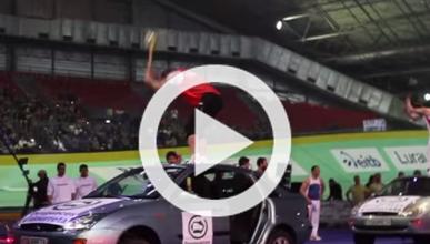 Vídeo: corta un coche por la mitad con un hacha en 1 minuto