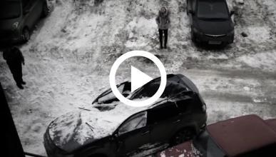 Vídeo: la nieve aplasta un Mitsubishi Outlander