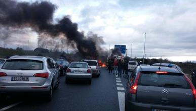 Los estudiantes montan barricada en una carretera de Madrid