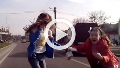 Vídeo: atropella a dos niñas por no frenar en un semáforo
