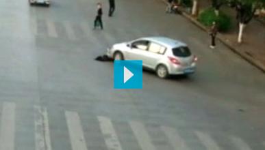 Un ciclista queda atrapado bajo la rueda de un coche