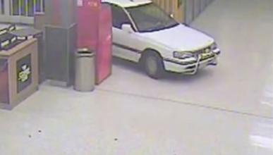 Robo perpetrado dentro de un centro comercial con un coche