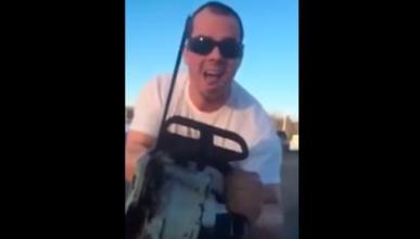 Amenaza a los ocupantes de un coche con una motosierra