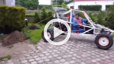 Intenta arrancar un árbol con su buggy