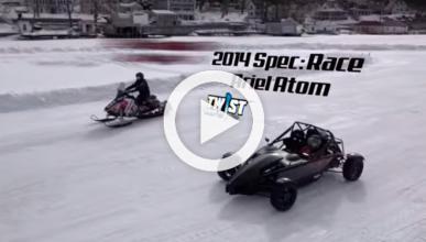 Un Ariel Atom compite contra una moto de nieve