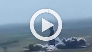Vídeo: coche pisa una mina y explota a 10 metros del suelo