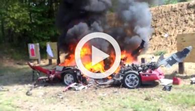 Los socios del Club Viper destrozan un Chevrolet Corvette