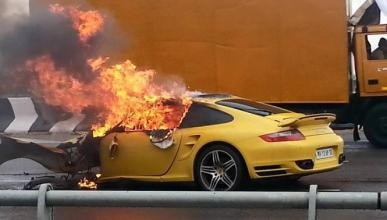 Un Porsche 911 Turbo accidentado acaba ardiendo en la India