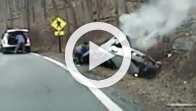 Vídeo: rescatada cuando su coche empieza a arder