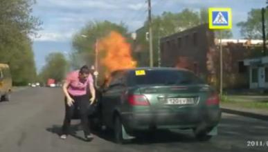 Vídeo increíble: la forma más estúpida de quemar un coche