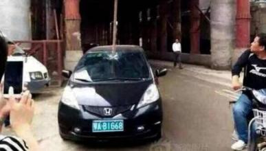 Un Honda es atravesado por una barra de hierro de 3 metros