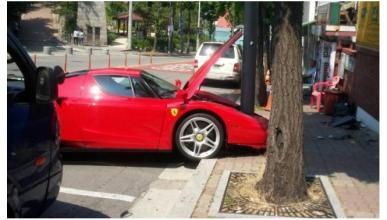 Ferrari Enzo 'vs' poste telefónico: 0-1