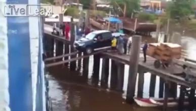 Este pick up, ¿cae al río o se salva?