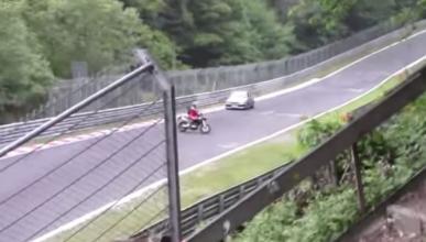 Casi choca por las maniobras de una moto en Nürburgring