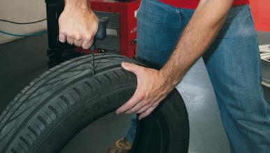 Muere un mecánico al estallarle el neumático que hinchaba
