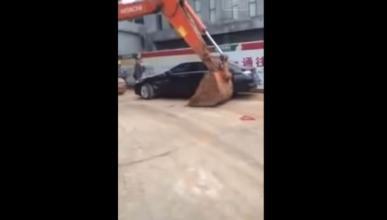 Una excavadora china contra un BMW y un Jeep: ¡destrucción!