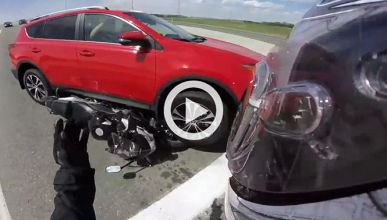 Arrolla y aplasta una moto porque ¿se equivoca de marcha?