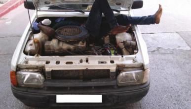 Encuentran a un inmigrante oculto en el motor de un coche