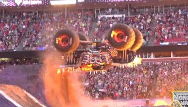 Un doble backflip con un Monster Truck