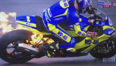 Vídeo: Salta de la moto ardiendo en plena carrera