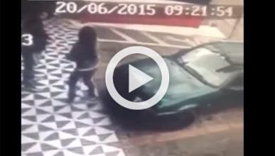 Por esto no deberías apoyarte en un coche que está aparcado
