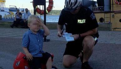 Multa a un niño por aparcar mal su moto de juguete