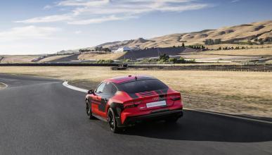 Audi RS7 pilotado tres cuartos traseros